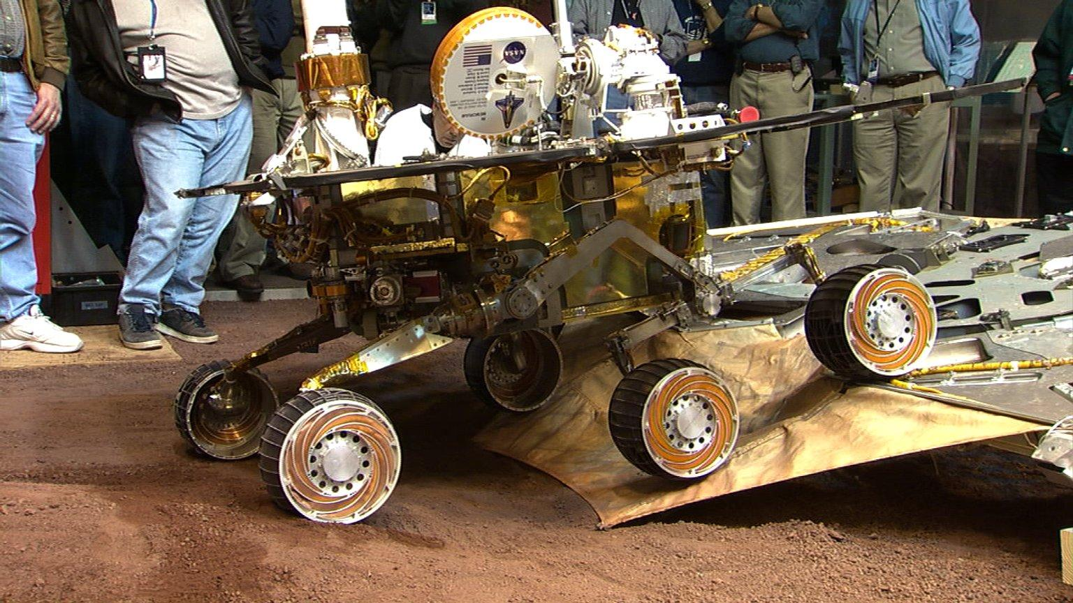 Engineers Test Roll-Off at JPL